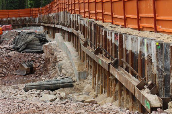 Tukiseinien ja ankkuroinnin tekoa Länsimetron työmaalla Kaitaalla