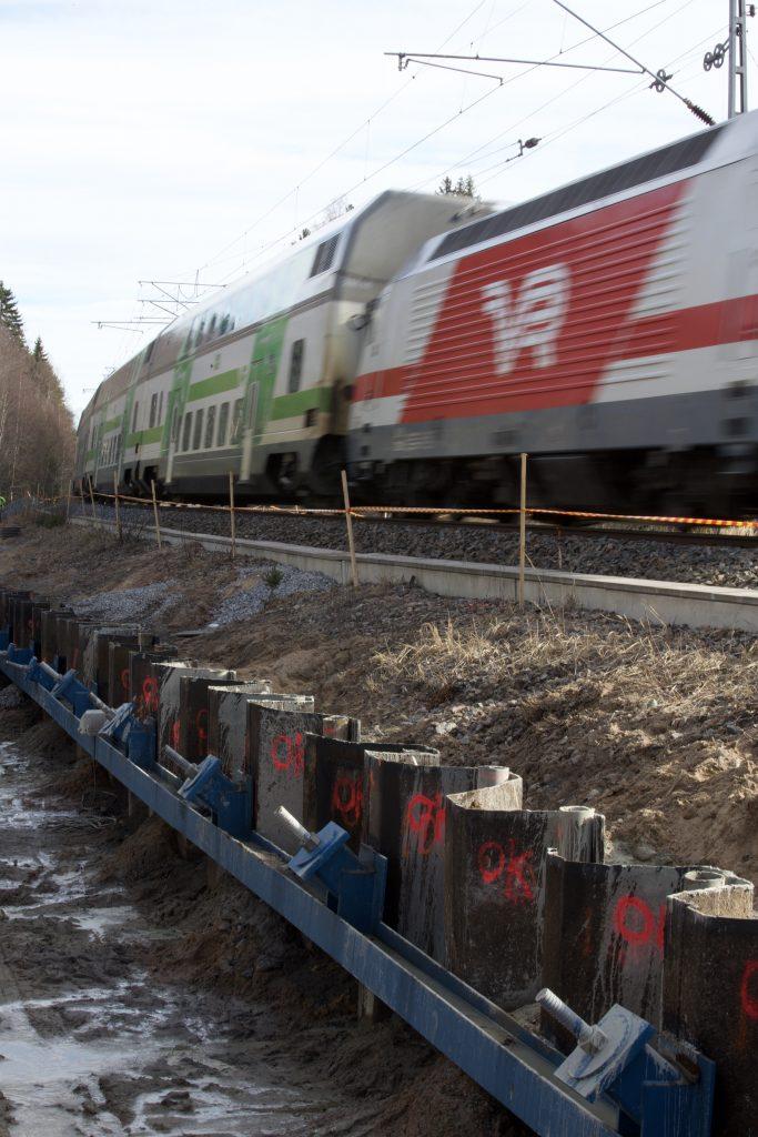KFS Finlandin tukiseinät ja ankkurit junaradan varressa