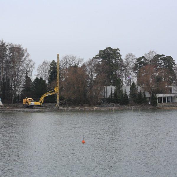 KFS stabiloimassa Kuusisaaren rantaa Helsingissä